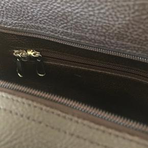 Vintage håndtaske. Brunt læder. Et rum.