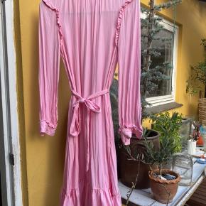 Virkelig smuk kjole med bindebælte. Kjolen lukkes i ryggen med lynlås. Kan ses/hentes i Holbæk eller sendes på købers regning❤️