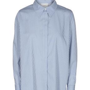 Sælger den her lidt lange skjorte