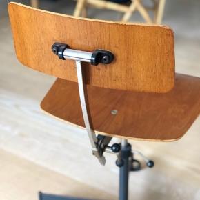 Fed retro stol. Kan justeres både i højden og ryglæn. (Bemærk: fødderne kan ikke rulle, da det ik er hjul:)) Har oprindeligt været brugt på gammel hospital. Har alm patina.