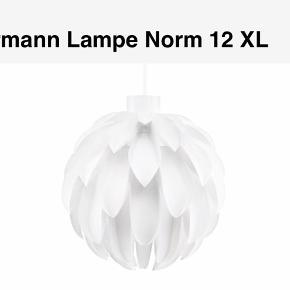 Normann Lampe Norm 12 XL  Stor flot lampeskærm der giver et rigtig fint lys. Står som ny. Lampeskærmen sælges uden pære, ledning og fatning.  Farve: Hvid  Kan afhentes på 2000 Frederiksberg  Ny pris: 999kr Giv gerne et bud