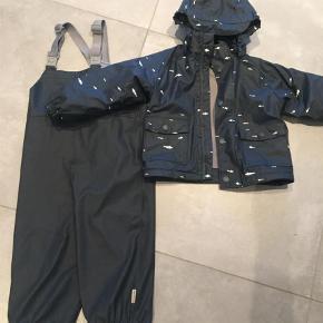 78617a54d7c Varetype: Regntøj Farve: Blå Super sødt regnsæt, blå bukser og blå jakke med