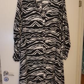 Rigtig lækker tunika/kjole i str M den er i a facon og med knapper hele vejen