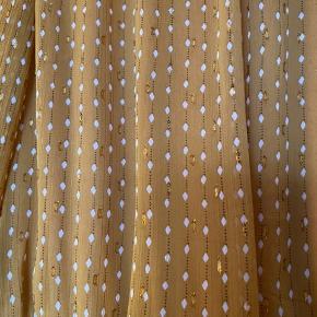 Smuk kjole fra Y.A.S, med små guld tråde og ruder.  Passer både S/m, da den er ovversize i str. og med lækker elastik i taljen.