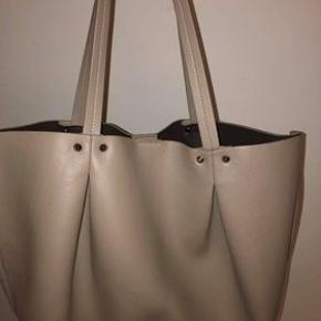 Beige faux læder taske fra Zara. Byd gerne
