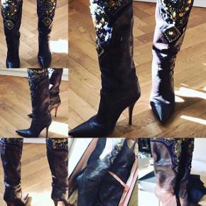 Super smukke støvler fra SHY  Str 40.  Meget sparsomt brugt og i virkelig fin stand.  Nypris ca 5000kr  Sælges for kun 1000kr