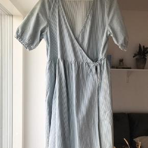 Monki kjole, fejler ingenting da den aldrig er brugt.   Sælger kun da jeg ikke får gået med den