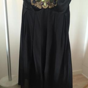 """Varetype: Smuk sort kjole i silke Farve: Sort Oprindelig købspris: 1900 kr. Kvittering haves. Prisen angivet er inklusiv forsendelse.  Smukkeste kjole i silke - skøn skøn Brugt til et bryllup, men kan desværre ikke passe den længere  Kan hægtes i nakken, der er røget et par """"dutter"""", men er helt omme i nakken og kan ikke ses, når den er på. Stropperne kan også puttes ind i kjolen og den er stropløs  Bytter ikke Forsendelse med DAO"""