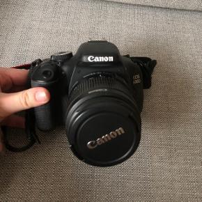 CANON 600D spejlrefleks kamera med alt til.   Det har ekstra batteri den har selvudløser med fjernbetjening, pudseklub og taske til kameraet, jeg har også et stativ som kan tilkøbes med for 300 kr   pris: 2300 kr   fragt: 45 kr   Eller det kan afhentes på min adresse i Ordrup ( Gentofte )   tilkøbes stativ 300 kr