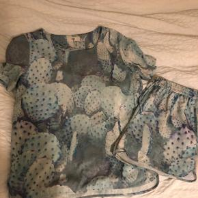 Sæt bestående af t-shirt og shorts fra Envii. Shorts er i størrelse medium men er ret små i størrelsen. Med små skønshedsfejl - se tredje billede. Der er en lignende på shortsene også.
