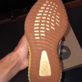 Mangler du stadig en lækker sommersko, så kig med her 😉  Jeg ligger inde med et par yzy semi frozen str 42. Jeg har OG boks på dem, og står inde for de er ægte.  En rigtig lækker sko, som pimper dit outfit op!   Skriv pb besked og vi finder en god pris 🔥  Random bumper får 25 kr bumpergave, når skoen er solgt