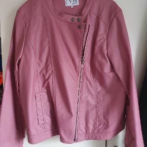 Pæn jakke i fake skind (Ikke ægte skind) i en flot rosa farve.