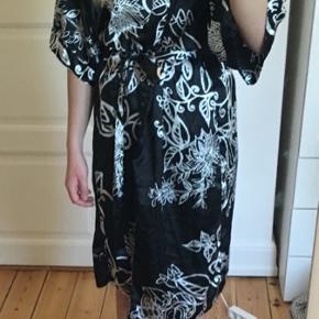 Kimono fra Singapore Silkcollection med bånd