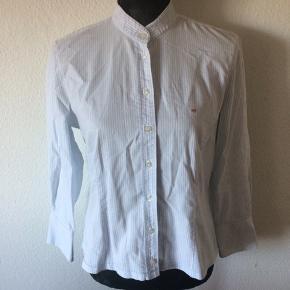 Gant - dameskjorte Str. 42 Næsten som ny Farve: lyseblå og hvid stribet Lavet af: 97% cotton og 3% elasthane Mål: Brystvidde: 110 cm hele vejen rundt Længde: 58 cm Køber betaler Porto!  >ER ÅBEN FOR BUD<  •Se også mine andre annoncer•  BYTTER IKKE!
