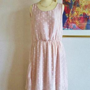"""Brand: Jin's Varetype: 100 % NY:  Italiensk Silke kjole Størrelse: M/L Farve: Sart lyserød bund  100 % NY og med tag: Sød silke-kjole i 2 lag. Dog har kjolen en """"åben"""" ryg i kun et lag af den lettere transparente silke.  Materialet er 60 % silke + 40 % viscose.  Brystvidde: 55 cm x 2 Livvidde: 41-55 cm x 2 (pga elastik i livet) Længde: inderste lag er 102 cm og yderste lag er 93 cm.   Billede 3+4 er samme silke-kjole i andre farver, som jeg også har til salg.  Ingen byt, og prisen er fast.  Forsikret forsendelse med TS's samarbejdspartner DAO. Hvis du ønsker anden forsendelse, så bare sig til."""