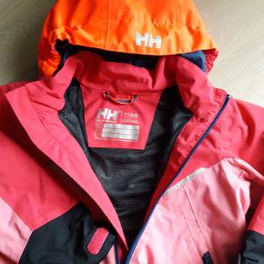 Lækker vind- og vandtæt jakke til forår/efterår. God kvalitet og fine detaljer. Brugt minimalt. Ser næsten ud som ny.