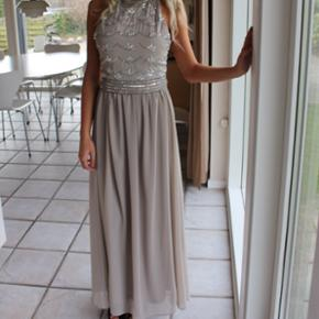750bb73000df Super flot galla kjole sælges. Str 34. Åben ryg og gulvlang til mig (
