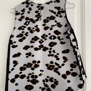 Super fin lysegrå top fra Zara med blomsterprint og sorte sidepaneler(sidestykker). Jeg bruger normalt str. S - så vil skyde på at den passer fint til både XS og S.   Sender hver onsdag og lørdag 👉🏻 📦