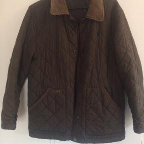 Flot overgangsjakke fra Ralph lauren.  Str L (14-16 år).  Er armygrøn med brun krave.