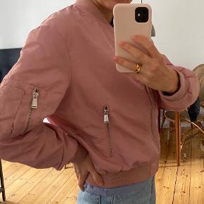 Lyserød bumper fra Zara med fede detaljer. Ikke brugt særlig meget og inden tegn på slid. Kan ikke huske den præcis købspris, men omkring 300kr. Kan afhentes på Nørrebro, sender også gerne. Køber betaler fragt 💗