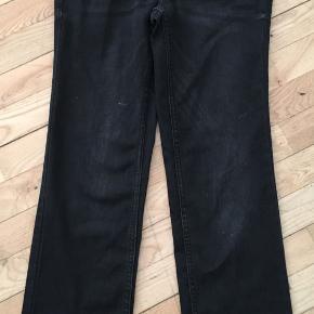 Sorte JDY stonewashed jeans W28L32 med frynsede kanter. Kun brugt en enkelt gang, og i stand som nye. Længde 90 cm.