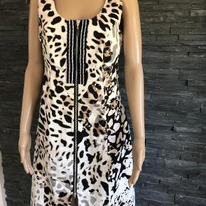 Super flot kvalitets kjole i lækre farver. Brugt et par gange.  Bryst 100 cm men kan strækkes Længde 94 cm  Bomuld og elasthan
