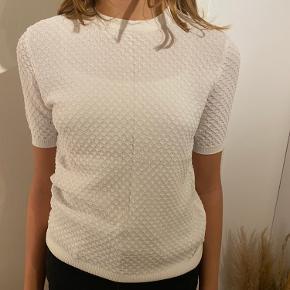 Fin struktureret t-shirt, som er lille i str. - fitter str. xs-s