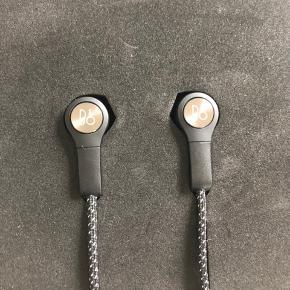 Trådløse H5 høretelefoner fra B&O i original æske og inkl oplader. Brugt meget lidt