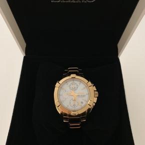 Virkeligt lækkert Seiko Velatura ur med diamanter på skiven. Er brugt få gange, så det er i rigtig pæn stand med få ridser på låsen. Æske, ekstra led og bevis medfølger. Nypris er 5.450 kr  Kan evt. afhentes ved indre Nørrebro. Hvis sendes vil forsendelse koste 100kr