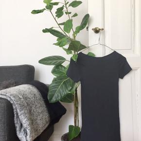 MbyM t-shirt str. XS i farven marineblå 🐋  Byd gerne kan enten afhentes i Aarhus C eller sendes på købers regning 📮