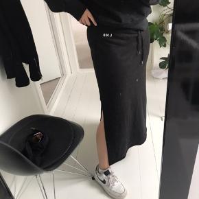 Levi's L8 fleece skirt med slids i begge sider og med elastik plus bindebånd