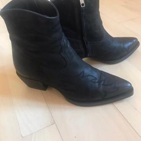 Billi Bi støvle - 3611 Varese 90 Boots, Black  Helt utrolig flot og er i butikkerne nu.  Brugt 2 gange, er fine som nye.   Er desværre ikke interesseret i byttehandler.