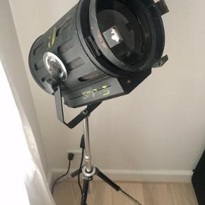 Super fed projektør lampe på trefod. Fungerer fantastisk!  Original studielampe med linse der kan regulere lysets omfang.   Gulvlampe i Industrielt design og original.  Nypris 10.500kr købt hos fil de fer.