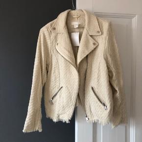 Helt ny cool jakke i bikerlook  Str 36, men passer også en alm medium/38   Aldrig brugt. Har stadig prismærke.  Nypris: 349kr