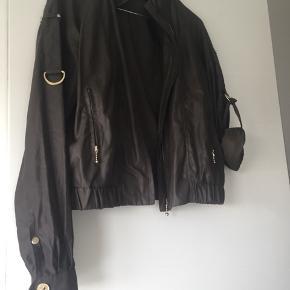 """Rigtig flot armygrøn cardigan/jakke fra Margit Brandt. Fede guld detaljer og ærmerne kan """"spændes"""" op"""