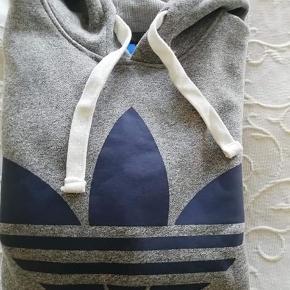 Super fed Adidas hættebluse.  str s.men en m kan også passe den. Den er aldrig brugt.