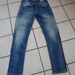 Smarte Jeans ( Jack & Jones) (Erik Tristan comfort) Størrelse: 28/32 Farve: blå  Smarte jeans sælges, der står  ( (Erik Tristan comfort) i dem. ........... (BYTTER IKKE)    Livvidde: 39x2 skridthøjde: fortil 27  bagpå: 32 Indvendig benlængde: 75  Materiale:99 % Cotton & 1 % Elasthan