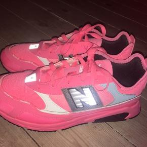 Helt nye sko fra new balance - aldrig brugt! Har dog smidt Kassen ud - sælger da de er for små (er normalt en 42) og disse er en 41. Pink sneakers med refleks detaljer. Modellen hedder WSXRCHFA.
