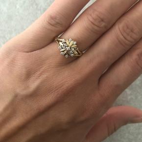 Sælger denne flotte 14 karat guldring med små diamanter. Det er en str 52-53. Den har mistet en diamant desværre (synes ik man bemærker det med mindre man fokusere på det) derfor den billige pris. Der er stempler inde i ringen.  BYD gerne :) Se gerne mine andre annoncer med smykker