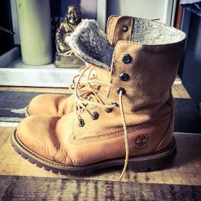 Rigtig lækre og varme Timberland vinterstøvler. Købt herinde til 400 inkl for en uge siden, men de er desværre ret små i størrelsen og jeg kan ikke passe den. De er i rigtig fin stand, foret er intakt.