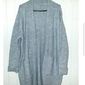 Flotte cardigans i 3 farver. Sprit nye  Dejligt blødt strik med uld i.  Den grå er str L Blomme/petrol grøn er M