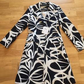 Varetype: Forårsjakke/frakke Størrelse: 34-36 Farve: Hvid,          Sort Oprindelig købspris: 1199 kr.  Sælges da jeg ikke har fået den brugt. Str 32, men svarer til 34-36. Helt ny med mærket!