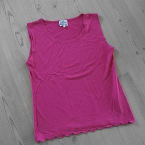 Varetype: top Farve: Pink  vedr. farven - så kan jeg ikke huske hvad man kalder farven - men den er ikke lyserød men ? 95 % viscose 5% elasthan brystvidde: 92 cm - målet er taget uden at strække i stoffet længde: 60 cm