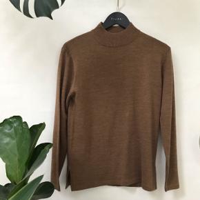 Lysebrun tynd sweater med mockneck / rullekrave / turtleneck   Kradser ikke  Kan sendes 😊✨