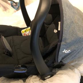 Joie autostol 0-13 kg, brugt som ekstra enkelte gange, er dog lidt beskidt eftersom den har stået i vores kælder lidt tid. Sendes ikke.
