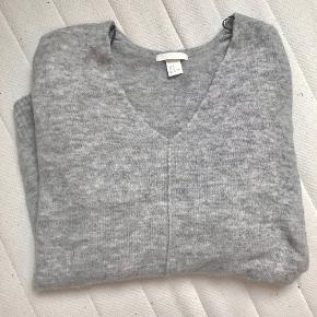 Lysegrå oversize v-Neck sweater fra hm. Egentligt en størrelse small men er stor i størrelsen