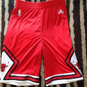 Adidas, Chicago Bulls basketball sæt. Købspris 550 kr. Aldrig brugt.