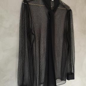 Smuk gennemsigtig sort skjorte fra Michael Kors. Jeg har brugtden 1 gang og den fremstår som ny.   Str Medium  Bryst ca 50x2 cm Længde ca 67 cm