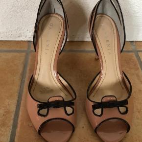 Varetype: Pep toe Farve: Beige Oprindelig købspris: 899 kr.  De fineste sko fra Gardenia. De har været brugt 2 gange.   Hæl 9 cm  Kan afhentes på Møn eller i Vordingborg. Sender gerne på købers ansvar.