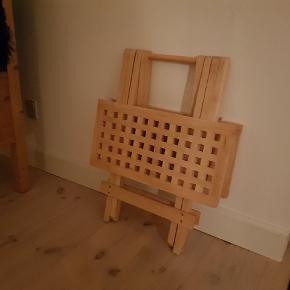Rigtig fint lille bord i kraftig kvalitet. Er anvendeligt i stuen, på værelset, eller måske i campingvognen, da det nemt kan klappes sammen. Kan evt tages med til Odense.